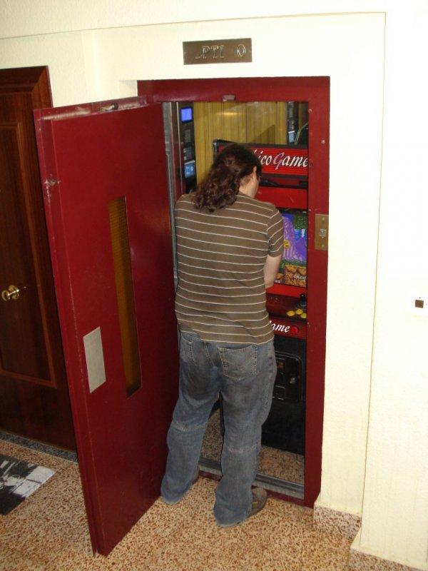 Toni (MrPengo) Jugando con su nueva Máquina Arcade
